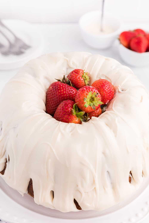 Vanilla Cream Cheese Cake with strawberries