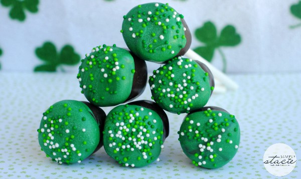 St. Patty's Day Marshmallow Pops - a simple treat for St. Patrick's day! No baking required.
