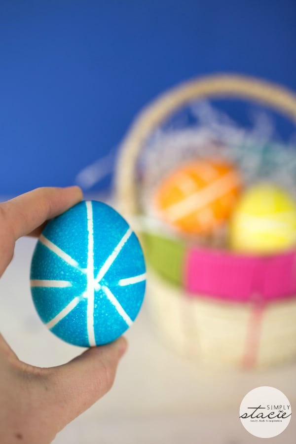 Rubber Band Decorated Easter Eggs - A simple tutorial on how to make this fun craft!