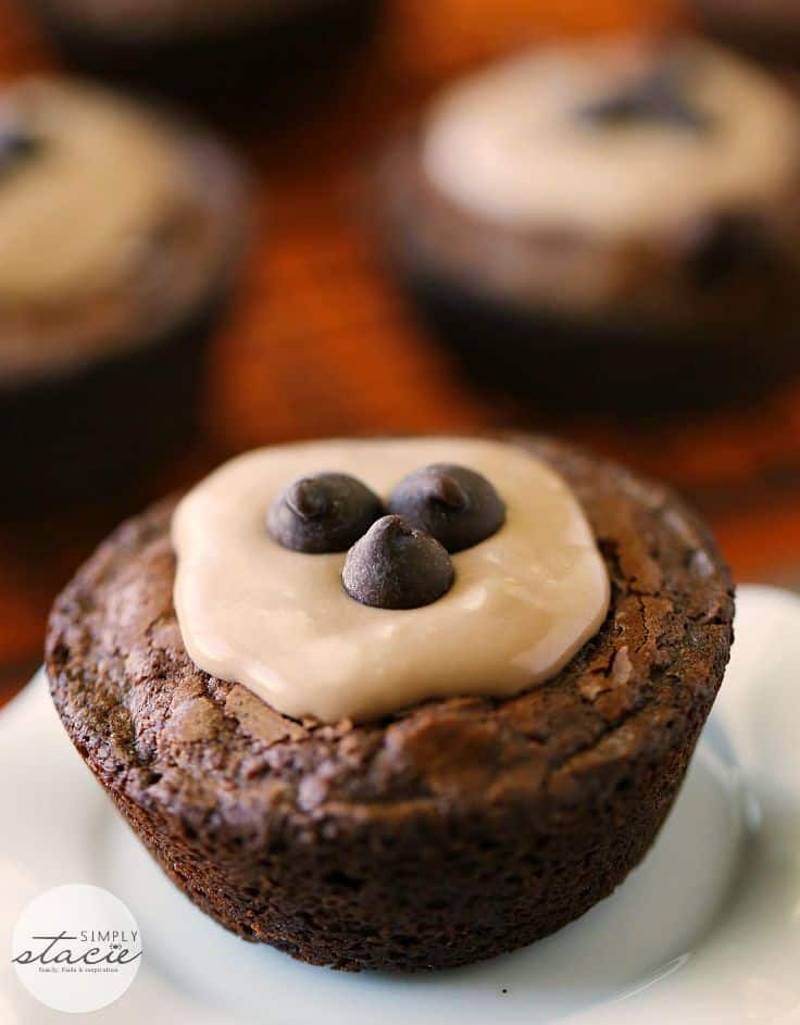 Brownie Cheesecake Cups - Super easy and tasty! These brownie cups have a no-bake filling for a quick party dessert.