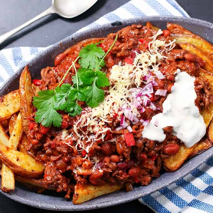 30 Minute Chili Cheese Wedges - Homemade beef chili served oven-baked potato wedges makes for a mouthwatering winter dinner. If you like comfort food, this recipe is for you!